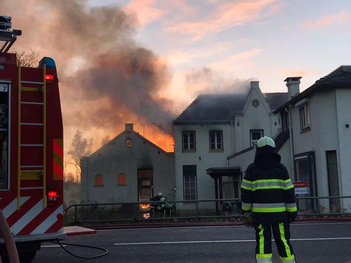 Een grote uitslaande brand woedde vanmiddag in een pand (midden en achter) aan de Eindhovenseweg in Boxtel. Het deel rechts bleef gespaard, maar dat heeft geen monumentale status en zou later dit jaar worden gesloopt.