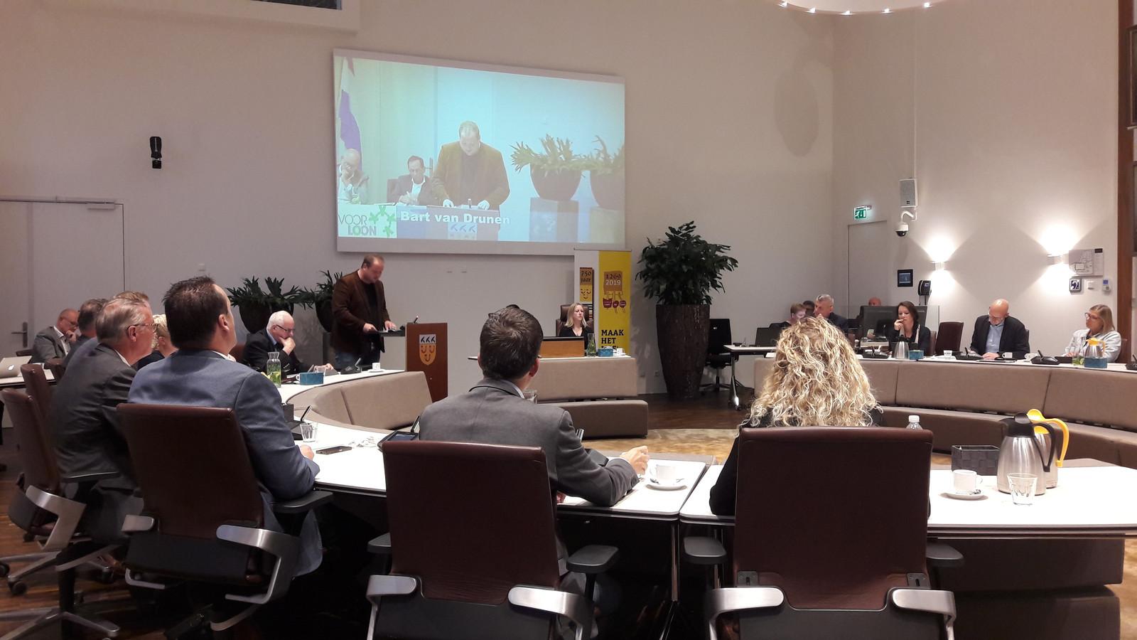 Fractievoorzitter Bart van Drunen van Voor Loon voert het woord in de gemeenteraad van Loon op Zand.