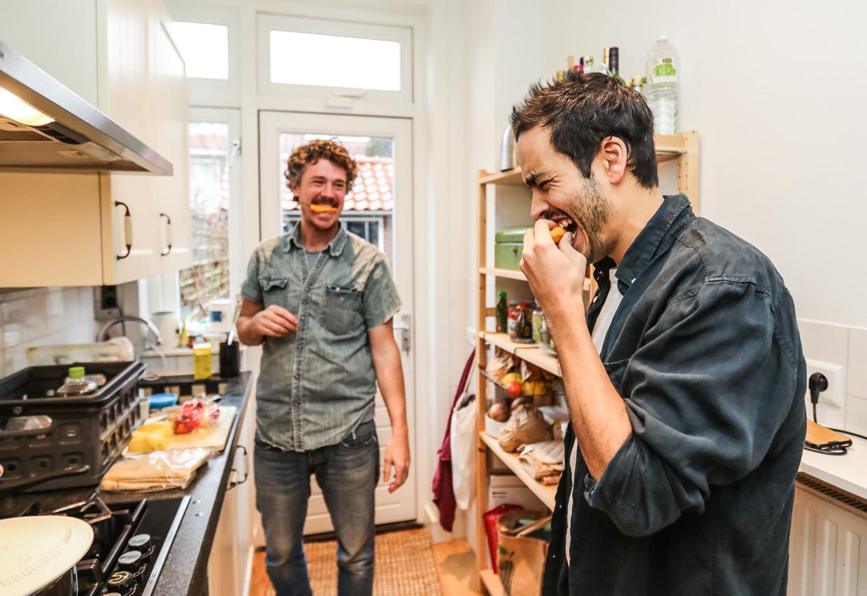 Gilles van der Loo en Johan Fretz maken vegetarische roti. Beeld Eva Plevier