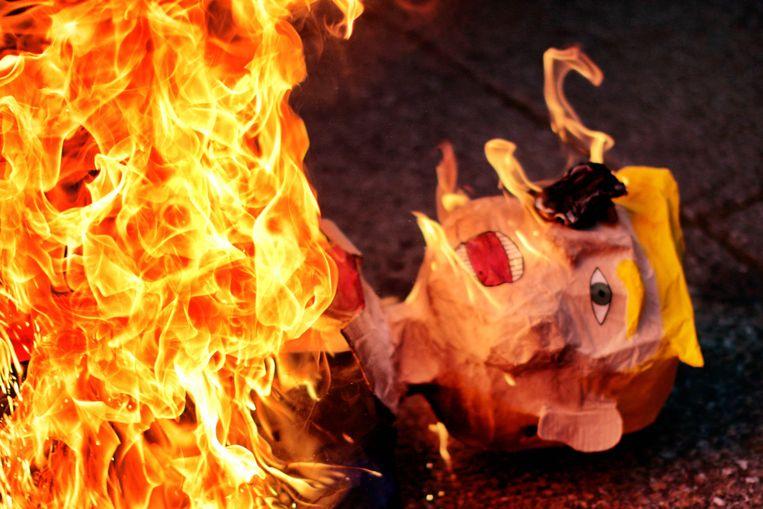 Een pop van Donald Trump wordt verbrand in Mexico-Stad. Beeld AFP