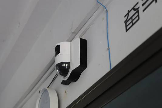 Per klas hangen drie camera's.