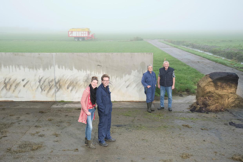 Pyter Terpstra (links) woont met zijn gezin op de boerderij. Hij nam het bedrijf over van Ale en Jos.