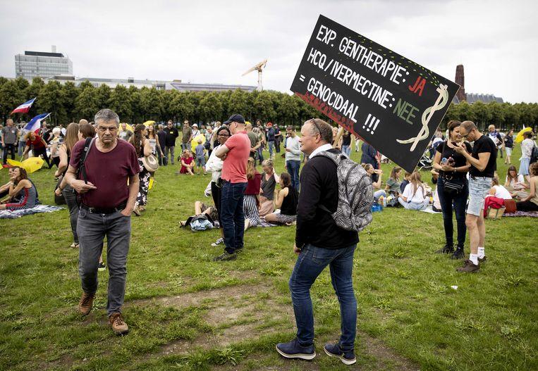 Demonstranten tijdens een protest georganiseerd door actiegroep Viruswaarheid. De harde kern zal zich vermoedelijk niet snel laten vaccineren.  Beeld ANP