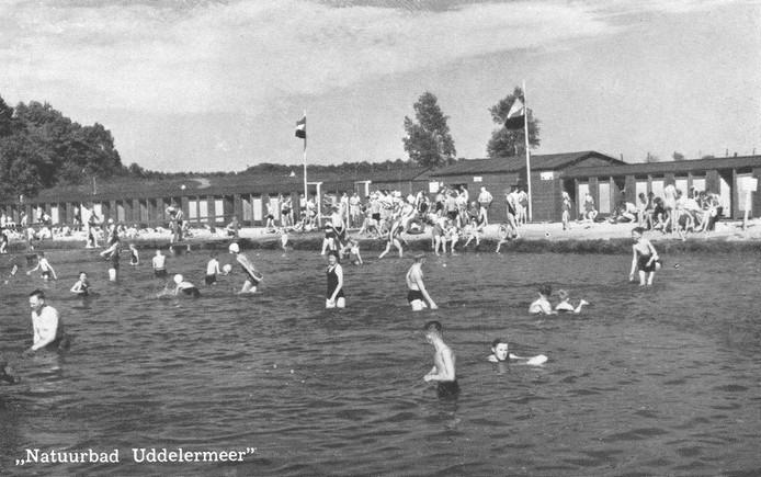 Het Uddelermeer in Uddel was in de jaren 50 en 60 van de vorige eeuw een populaire zwemplek.