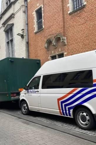 """Twee mannen zonder papieren ontsnappen uit celwagens op E40 en E411: """"Wij eisen meer veiligheid. Onze chauffeurs staan bont en blauw"""""""