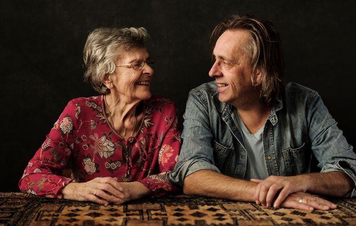 Marcel van Roosmalen met zijn moeder.