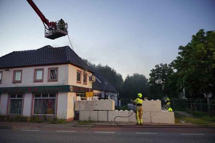 Het vuur wordt betreden met behulp van een hoogwerker.