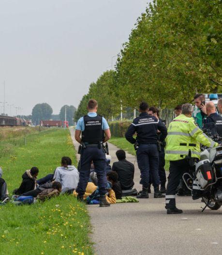 Politie draait overuren door stroom vluchtelingen bij Moerdijk