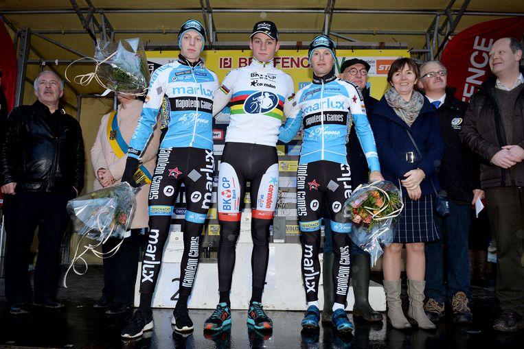 Het podium: winnaar Mathieu van der Poel (m), nummer twee Michael Vanthourenhout (l) en nummer drie Kevin Pauwels (r) Beeld BELGA