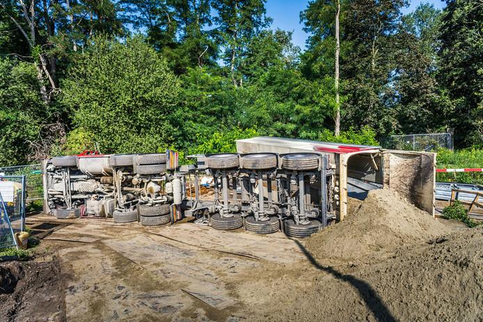 Gekantelde vrachtwagen in Eindhoven