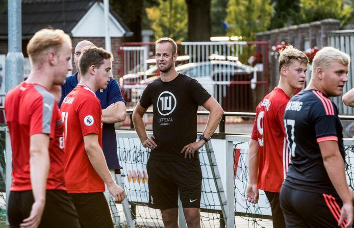 Johan Vullings bij zijn eerste training van Volharding.