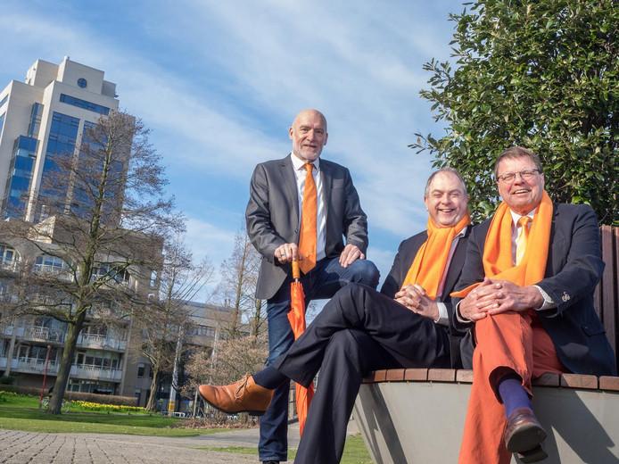 Jan Brouwer, Wim Kokx en John van Dijk van de oranjevereniging Zo Oranje kunnen niet wachten tot het Koningsdag is.