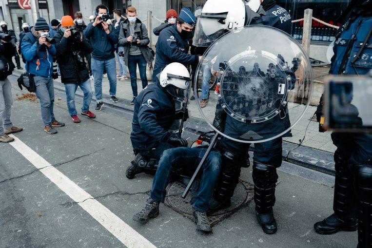 Tijdens het protest in Brussel tegen de coronamaatregelen werden honderden mensen gearresteerd.  Beeld Damon De Backer