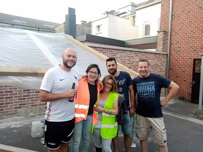 Nicolas (à gauche) a mis son tour d'Europe à vélo sur pause pour aider les personnes sinistrées à Liège.