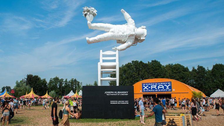 Een van de blikvangers op dag één van het festival: het kunstwerk van Joseph Klibansky voor de X-Ray tent. Beeld anp