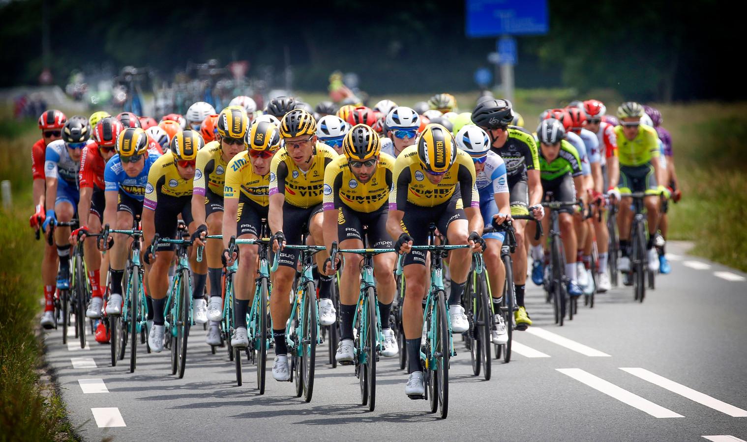 Het peloton van de ZLM Tour 2019 trekt door het Zeeuwse land.