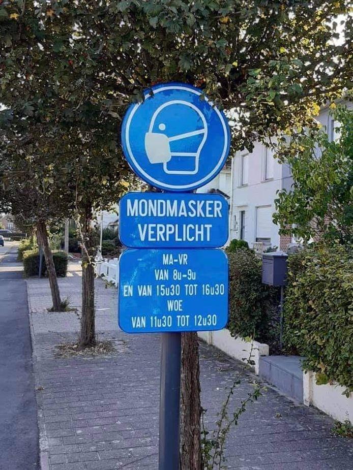 Verkeersborden in de omgeving van scholen in Kapelle-op-den-Bos duiden aan waar en wanneer je een mondmasker moet dragen.