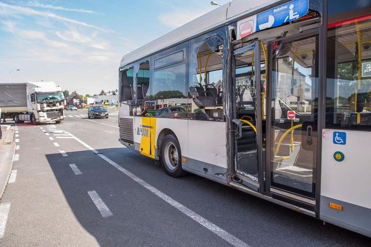 Bij het ongeval sneuvelden bijna alle zijramen van de lijnbus.