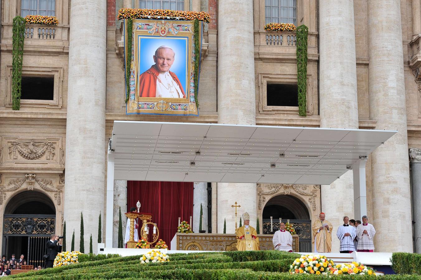 Kardinaal Stanislaw Dziwisz spreekt een dankwoord uit bij het Vaticaan in 2011. Er loopt een onderzoek naar hem vanwege nalatigheid bij het ingrijpen rond seksueel misbruik in de kerk.