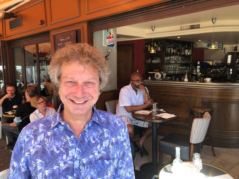 Jean-Jacques Crevin, eigenaar van brasserie Le Batignolle: 'Ik had liever gezien dat de regering de vaccinatie verplicht had gesteld.' Beeld Kleis Jager