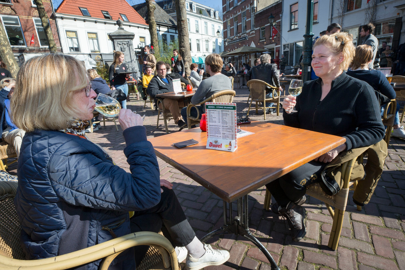 Gerda Scharff (links) en Mady Visscher genieten van een wit wijntje bij Boerke Verschuren op het terras.