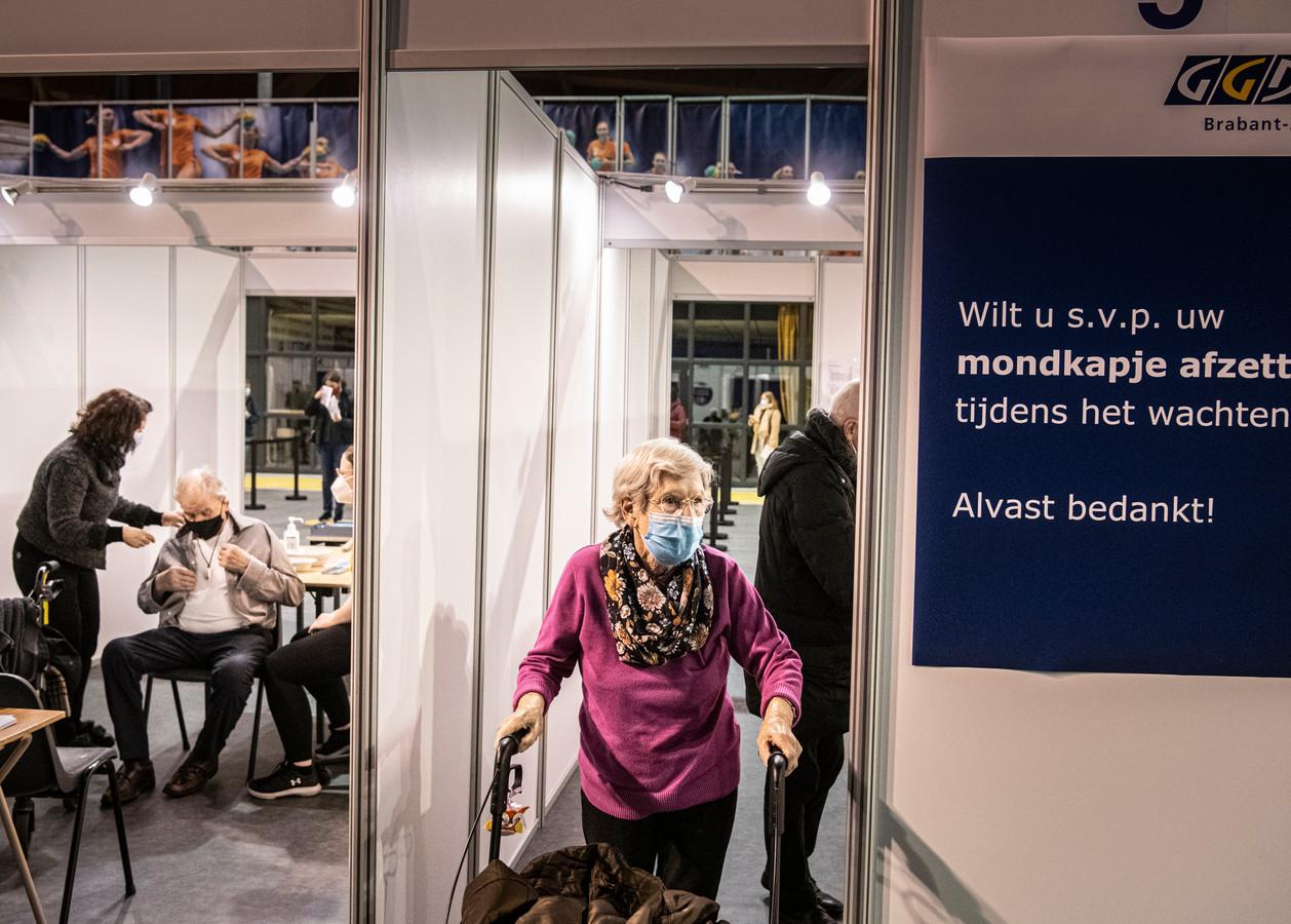 Ouderen worden gevaccineerd in het Indoor Sportcentrum in Eindhoven (archieffoto).