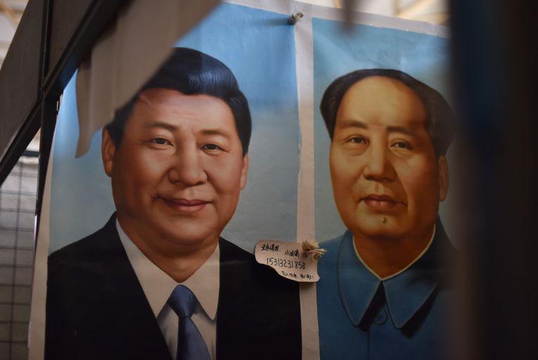 De Chinese President Xi Jinping (L) naast Mao Zedong in Peking. Beeld AFP