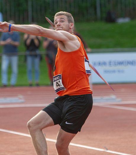 Tom Egbers uit Huissen gooit oud Nederlands record speerwerpen onder 23 van zijn coach uit de boeken