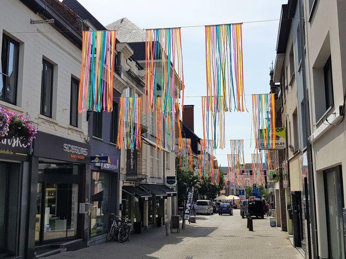 De Halse winkelstraten zijn alvast zomers versierd voor de Braderie die donderdag start.