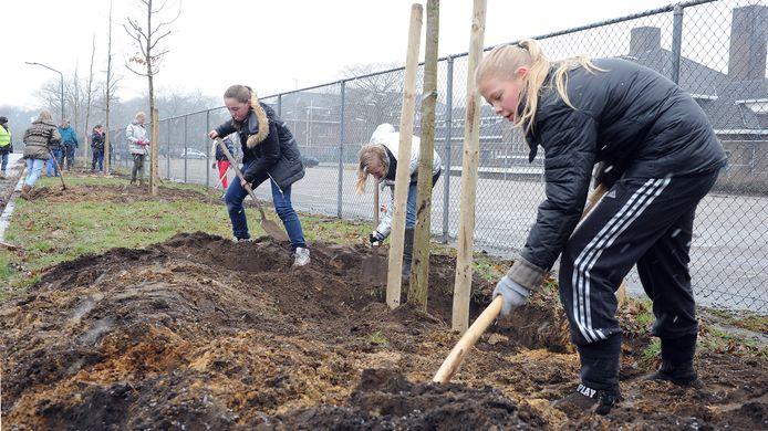 In Velp werden in 2013 al bomen geplant door kinderen van de Sint Jozefschool. Hier zijn de leerlingen bezig bij de Generaal de Bonskazerne.
