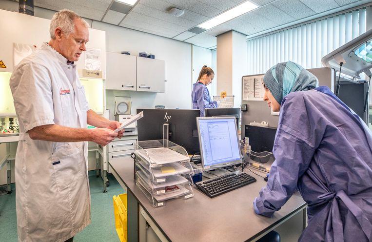 Microbioloog Hans Koeleman (links) in het Franciscus Gasthuis in Rotterdam: 'De uitgifte van mondkapjes gaat nu centraal'. Beeld Raymond Rutting / de Volkskrant