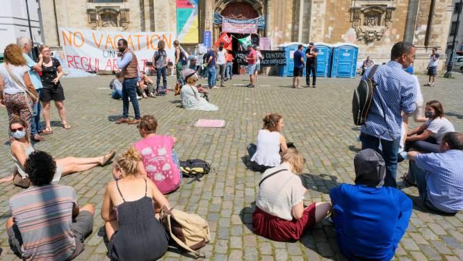 Zitstaking aan de Begijnhofkerk, burgerbewegingen tonen hun solidariteit