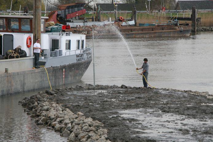 De aanleg van rikken in de rivier bij Moordrecht, waar een natuuroever werd gecreërd.