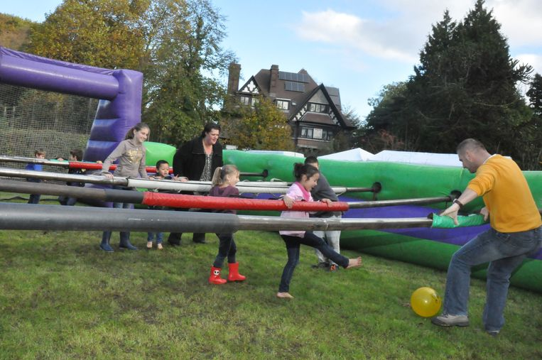 De kinderen konden zich uitleven op een reuzevoetbalspel.