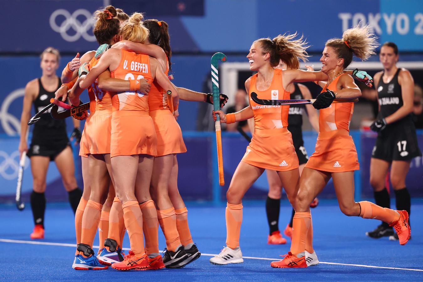 Nederland juicht na de openingsgoal van Lidewij Welten.