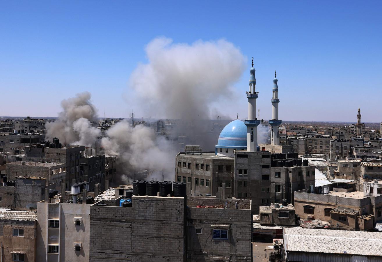 Rookt stijgt op boven de stad Rafah in het zuiden van Gaza. Egypte stuurde tien ambulances naar het gebied.