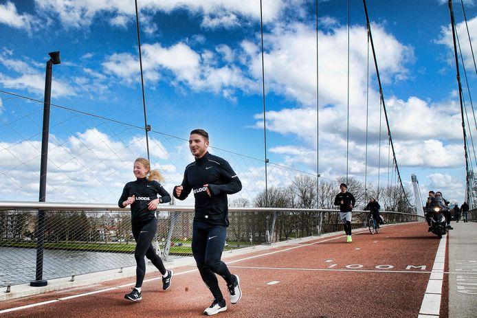 Ilse en Tim lopen op eigen initiatief de Rotterdam-marathon op Utrechts grondgebied nadat de coronacrisis roet in het eten gooide. Hier passeren ze de Dafne Schippersbrug tussen Oog in Al en Leidsche Rijn.