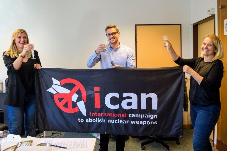 Beatrice Fihn (L) kort na de uitreiking van de Nobelprijs voor de Vrede Beeld EPA
