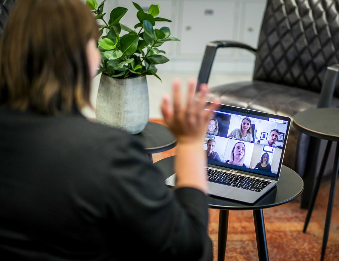 Een werknemer tijdens een videogesprek.