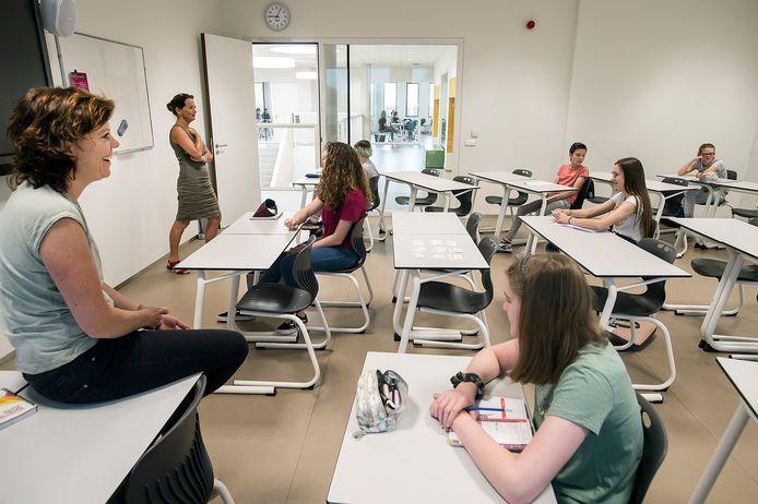 Juni vorig jaar startten de middelbare school ook weer op, zoals hier tijdens een mentoruur voor de leerlingen van 2College Jozefmavo in kleinere klassen en met voldoende tussenruimtes.