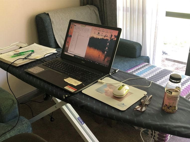 Omdat het bureau te klein is voor de computers van mijn partner en mij, had ik van de strijkplank een tweede bureau gemaakt. Beeld Sabine De Vos