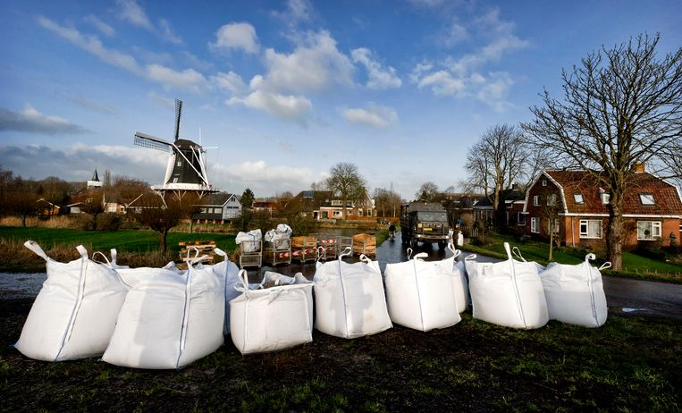 Zandzakken op de dijk, in KliFi wordt Nederland getroffen door de eerste orkaan in de geschiedenis. Beeld ANP/Koen van Weel