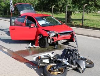 Motorrijder 20 meter weggeslingerd na frontale aanrijding met personenwagen