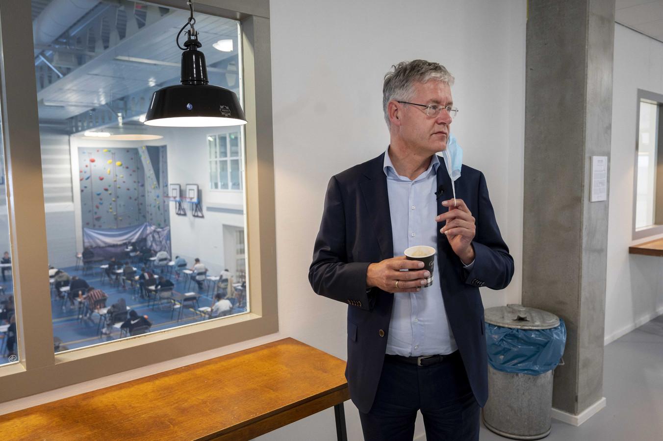 Arie Slob, demissionair minister voor Basis- en Voortgezet Onderwijs en Media, op bezoek bij het IJburg College in Amsterdam.