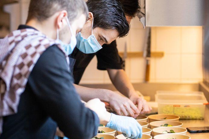 Jo Grootaers (30) van Altermezzo aan het werk in de keuken afgelopen weekend.