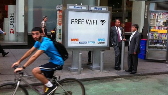Tot wifi-hotspot omgebouwde telefooncel.