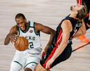 Khris Middleton (links) geeft Kelly Olynyk van Miami Heat een zet.