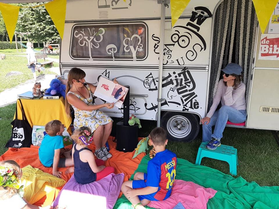 De kinderen leven zich uit op Bar Hasart. Ze konden onder meer een ritje maken in de paardenmolen, hun haar laten pimpen of verhalen laten voorlezen.