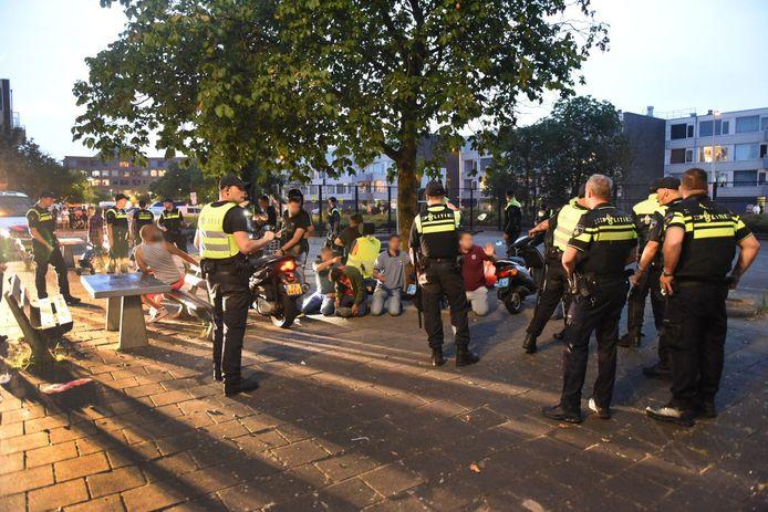 Agenten drijven een groep jongeren bijeen op de Oranjerivierdreef in Overvecht