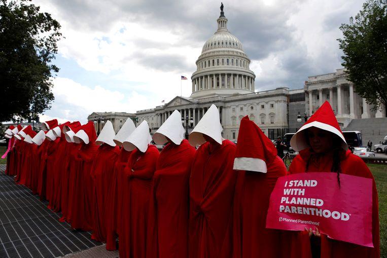Demonstratie in Washington van vrouwen gekleed als de dienstmaagden uit The Handmaid's Tale.  Beeld Aaron Bernstein / Reuters
